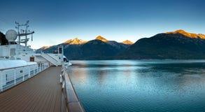 15 de setembro de 2018 - Skagway, AK: Opinião do amanhecer da entrada de Taiya do navio de cruzeiros imagens de stock royalty free