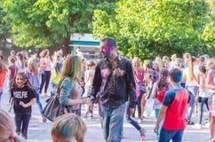 2 de setembro de 2017 Ucrânia, igreja branca Os jovens têm o divertimento durante o feriado de Holi, jogando o pó colorido em se Imagens de Stock Royalty Free