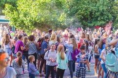 2 de setembro de 2017 Ucrânia, igreja branca Os jovens têm o divertimento durante o feriado de Holi, jogando o pó colorido em se Fotos de Stock Royalty Free