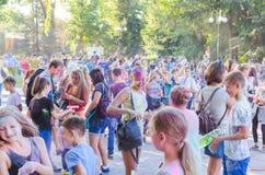 2 de setembro de 2017 Ucrânia, igreja branca Os jovens têm o divertimento durante o feriado de Holi, jogando o pó colorido em se Fotos de Stock
