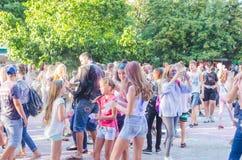 2 de setembro de 2017 Ucrânia, igreja branca Os jovens têm o divertimento durante o feriado de Holi, jogando o pó colorido em se Imagens de Stock