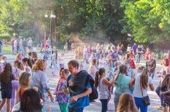 2 de setembro de 2017 Ucrânia, igreja branca Os jovens têm o divertimento durante o feriado de Holi, jogando o pó colorido em se Imagem de Stock Royalty Free