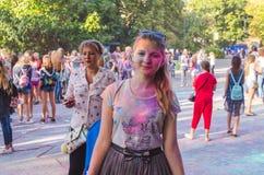 2 de setembro de 2017 Ucrânia, igreja branca Os jovens têm o divertimento durante o feriado de Holi, jogando o pó colorido em se Fotografia de Stock Royalty Free