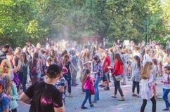 2 de setembro de 2017 Ucrânia, igreja branca Os jovens têm o divertimento durante o feriado de Holi, jogando o pó colorido em se Fotografia de Stock