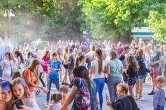 2 de setembro de 2017 Ucrânia, igreja branca Os jovens têm o divertimento durante o feriado de Holi, jogando o pó colorido em se Foto de Stock Royalty Free