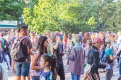2 de setembro de 2017 Ucrânia, igreja branca Os jovens têm o divertimento durante o feriado de Holi, jogando o pó colorido em se Imagem de Stock