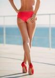 De sexy billen van de bikinivrouw op de strandachtergrond royalty-vrije stock fotografie
