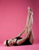 De sexy blonde speld-omhooggaande stijl van de vrouwensport op roze Stock Afbeelding
