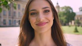 De sexy dame bevindt zich in park in dag, lettend op bij camera, het glimlachen stock footage