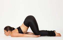 De sexy geschikte donkerbruine vrouw in sportenslijtage in yoga stelt Royalty-vrije Stock Afbeeldingen