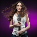 De sexy gitaar van de meisjesholding Stock Foto