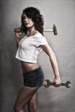 De sexy hamer van de meisjesholding en moersleutelmoersleutel Royalty-vrije Stock Foto's