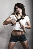 De sexy hamer van de meisjesholding en moersleutelmoersleutel Royalty-vrije Stock Foto