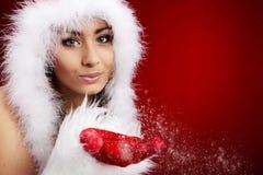 De jonge donkerbruine vrouw kleedde zich als Kerstman Stock Afbeelding