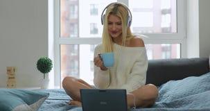 De sexy jonge vrouw geniet van haar goedemorgen stock videobeelden