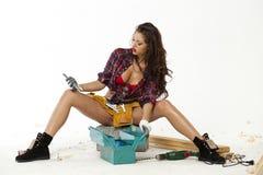 De sexy jonge vrouw zit op een baksteen Royalty-vrije Stock Foto