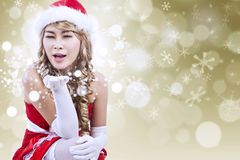 De sexy Kerstman die sneeuw blazen defocused lichten Royalty-vrije Stock Foto