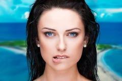 De sexy natte lippen van de vrouwenbeet bij tropisch plaatsportret stock fotografie