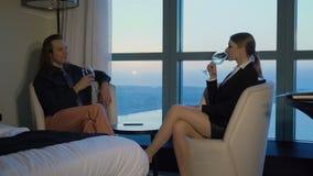 De sexy secretaresse drinkt thuis wijn met werkgever, directeur of bureau De mooie blonde jonge bedrijfsvrouw komt voor stock video