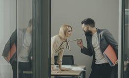 De sexy secretaresse verleidt werkgever in bureau De onderneemster op Desktop bekijkt gebaarde zakenman Man onder vrouwenoverheer stock afbeeldingen