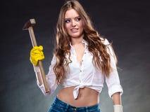 De sexy verleidelijke hamer van de vrouwenholding feminism royalty-vrije stock foto