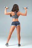 De sexy vrouw die van Nice training met domoren over grijze achtergrond doen Stock Afbeeldingen