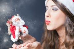 De sexy vrouw kleedde zich in de kleren en de Kerstmangift van Santa Claus stock foto's
