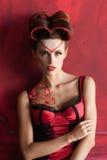 De sexy vrouw in rode lingerie koestert zich Stock Foto's