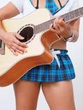 De sexy vrouwen micro- rok speelt de gitaar royalty-vrije stock foto