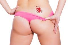 De sexy vrouwenezel in bikini met schittert tatoegering Stock Foto