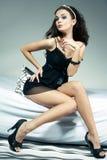 De sexy Zitting van de Vrouw op Bed Royalty-vrije Stock Fotografie