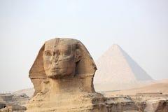 De Sfinx bij Giza en piramide Stock Afbeelding