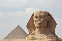 De Sfinx bij Giza en piramide Stock Foto