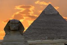 De sfinx en de Grote Piramide stock afbeelding