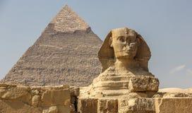 De sfinx en de levensonderhoudpiramide in Egypte stock afbeeldingen
