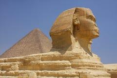 De sfinx en de piramides in Egypte stock foto