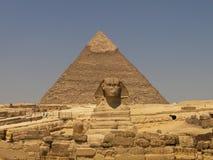 de Sfinx en de piramides in Giza Stock Afbeelding