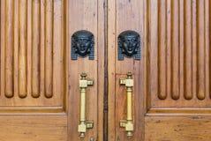 De sfinx leidt ingang op houten deur Royalty-vrije Stock Afbeeldingen