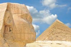 De sfinx van Giza, met Piramide II op achtergrond royalty-vrije stock afbeeldingen