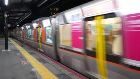 De Shinkansenbestuurder richt en roept de tijd en de postnaam uit Treinaankomst bij de post stock video