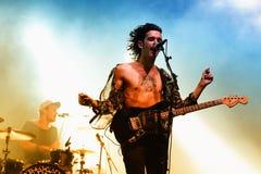 De shirtless gitarist van de band van 1975 presteert bij FIB Festival Royalty-vrije Stock Foto