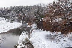 De Shogawarivier en het historische Japanse dorp shirakawa-gaan bij wint royalty-vrije stock foto