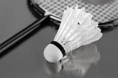 De shuttle en de racket van het badminton Stock Fotografie