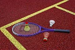 De shuttles & racket-2 van het badminton Stock Afbeeldingen