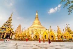 De Shwedagon-Pagode, een vergulde die stupa in Yangon, Myanmar wordt gevestigd Royalty-vrije Stock Afbeelding