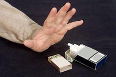 De sigaret past vergiftschade aan Stock Afbeelding