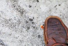 De sigaret van het schoenloopvlak op cementachtergrond algemene begrip van de concepten Non-smoking dag Stock Afbeeldingen