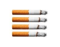 De sigaretten van de brandwond die op witte achtergrond worden geplaatst. Stock Foto's