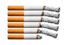 De sigaretten van de brandwond die op witte achtergrond worden geplaatst. Stock Foto