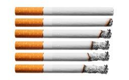De sigaretten van de brandwond die op witte achtergrond worden geplaatst. Royalty-vrije Stock Foto